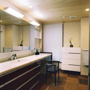 Immagine di un bagno di servizio minimal di medie dimensioni con ante lisce, ante marroni, pareti bianche, pavimento in bambù, lavabo sottopiano, top in quarzo composito, pavimento marrone e top bianco
