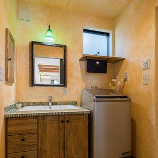 東京都下のアジアンスタイルのおしゃれなトイレ・洗面所 (オレンジの壁、テラコッタタイルの床、オーバーカウンターシンク、オレンジの床) の写真