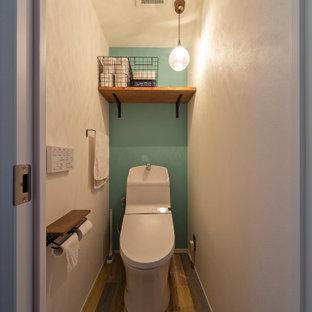Свежая идея для дизайна: маленький туалет в стиле модернизм с фасадами с декоративным кантом, коричневыми фасадами, унитазом-моноблоком, белой плиткой, плиткой из сланца, белыми стенами, монолитной раковиной, коричневым полом и белой столешницей - отличное фото интерьера