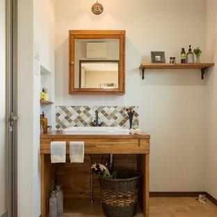 Идея дизайна: туалет в средиземноморском стиле с стеклянными фасадами, белыми стенами, полом из терракотовой плитки и коричневым полом