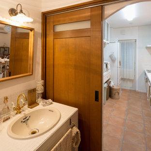 Idee per un bagno di servizio country con piastrelle bianche, pareti bianche, pavimento in terracotta, top piastrellato, pavimento arancione e top bianco