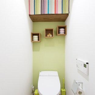 東京23区のコンテンポラリースタイルのおしゃれなトイレ・洗面所 (緑の壁、テラコッタタイルの床、茶色い床) の写真