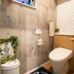 大阪のインダストリアルスタイルのおしゃれなトイレ・洗面所 (オープンシェルフ、白いタイル、マルチカラーの壁、無垢フローリング、茶色い床) の写真