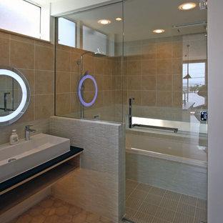 Cette image montre un WC et toilettes minimaliste avec un placard sans porte, des portes de placard beiges, un carrelage multicolore, des carreaux de porcelaine, un mur beige, un sol en vinyl, une grande vasque, un plan de toilette en stratifié, un sol gris et un plan de toilette noir.