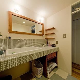 Immagine di un bagno di servizio scandinavo con piastrelle verdi, piastrelle a mosaico, pareti bianche, pavimento in vinile, top piastrellato e pavimento verde