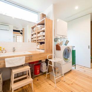 他の地域, のコンテンポラリースタイルのおしゃれなトイレ・洗面所 (オープンシェルフ、茶色いキャビネット、白いタイル、白い壁、淡色無垢フローリング、オーバーカウンターシンク、木製洗面台、茶色い床、ブラウンの洗面カウンター) の写真