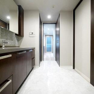 Esempio di un bagno di servizio moderno con piastrelle verdi, piastrelle a mosaico, pareti grigie, pavimento con piastrelle in ceramica, pavimento bianco, top grigio, soffitto in carta da parati e carta da parati