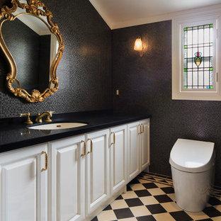 Свежая идея для дизайна: большой туалет в викторианском стиле с фасадами с выступающей филенкой, белыми фасадами, унитазом-моноблоком, черной плиткой, белой плиткой, стеклянной плиткой, черными стенами, полом из керамической плитки, врезной раковиной и черной столешницей - отличное фото интерьера