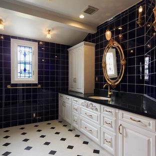 Foto di un grande bagno di servizio vittoriano con ante con bugna sagomata, ante bianche, piastrelle nere, piastrelle di vetro, pareti nere, pavimento con piastrelle in ceramica e lavabo sottopiano