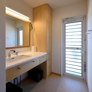 他の地域の和風のおしゃれなトイレ・洗面所 (家具調キャビネット、白いキャビネット、クッションフロア、アンダーカウンター洗面器、グレーの床、白い洗面カウンター、造り付け洗面台、クロスの天井、壁紙) の写真