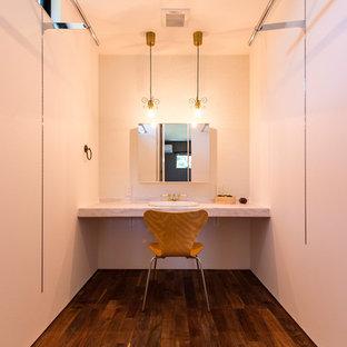 他の地域のモダンスタイルのおしゃれなトイレ・洗面所 (白い壁、濃色無垢フローリング、オーバーカウンターシンク、大理石の洗面台、茶色い床) の写真