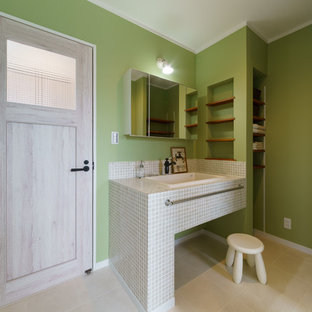 Foto de aseo nórdico con armarios abiertos, paredes verdes, encimera de azulejos y suelo beige