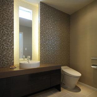 Идея дизайна: туалет в стиле модернизм с унитазом-моноблоком, бежевыми стенами, настольной раковиной и бежевым полом