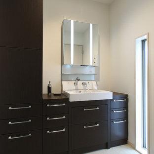 Свежая идея для дизайна: туалет в стиле модернизм с плоскими фасадами, белыми стенами, бежевым полом, коричневыми фасадами, белой плиткой, полом из линолеума и столешницей из оникса - отличное фото интерьера
