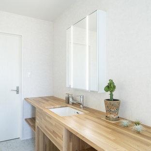 他の地域の中くらいのモダンスタイルのおしゃれなトイレ・洗面所 (家具調キャビネット、淡色木目調キャビネット、白い壁、淡色無垢フローリング、アンダーカウンター洗面器、人工大理石カウンター、茶色い床、ベージュのカウンター) の写真