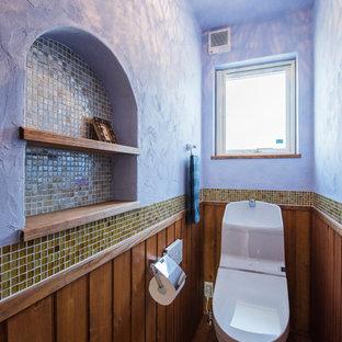 他の地域のエクレクティックスタイルのおしゃれなトイレ・洗面所 (濃色無垢フローリング、緑のタイル、モザイクタイル、青い壁、茶色い床) の写真