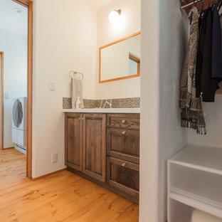 Esempio di un bagno di servizio bohémian con ante in legno bruno, piastrelle verdi, pareti bianche, parquet scuro e pavimento beige
