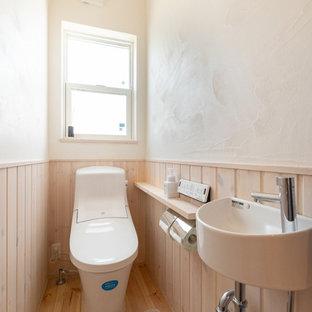 他の地域のモダンスタイルのおしゃれなトイレ・洗面所 (白い壁、無垢フローリング、マルチカラーの床) の写真