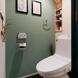 他の地域のインダストリアルスタイルのおしゃれなトイレ・洗面所 (マルチカラーの壁、黒い床) の写真