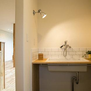 Moderne Gästetoilette mit offenen Schränken, weißen Fliesen, Porzellanfliesen, weißer Wandfarbe, Unterbauwaschbecken, Waschtisch aus Holz, Vinylboden und grauem Boden in Sonstige