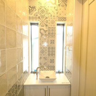 Свежая идея для дизайна: маленький туалет в современном стиле с фасадами островного типа, белыми фасадами, унитазом-моноблоком, белой плиткой, керамогранитной плиткой, белыми стенами, светлым паркетным полом, настольной раковиной, столешницей из дерева и белым полом - отличное фото интерьера