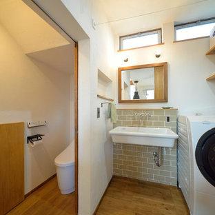Imagen de aseo de estilo zen con paredes blancas, suelo de madera en tonos medios, lavabo tipo consola y suelo marrón