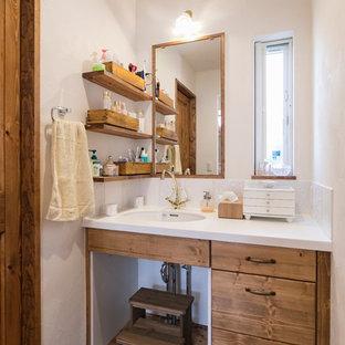 名古屋のアジアンスタイルのおしゃれなトイレ・洗面所 (白い壁、茶色い床、フラットパネル扉のキャビネット、中間色木目調キャビネット、白いタイル、無垢フローリング、アンダーカウンター洗面器、白い洗面カウンター) の写真