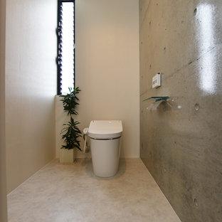 Стильный дизайн: туалет в стиле модернизм с белыми стенами, полом из винила и белым полом - последний тренд