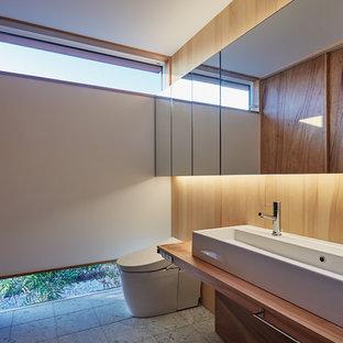 Modelo de aseo de estilo zen con paredes multicolor, lavabo sobreencimera y suelo gris
