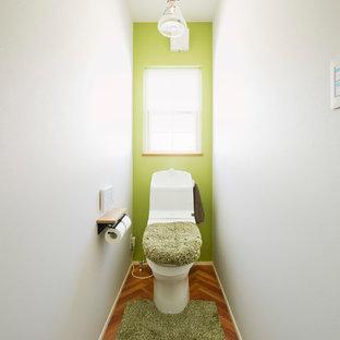 Свежая идея для дизайна: туалет в скандинавском стиле с разноцветными стенами, паркетным полом среднего тона и коричневым полом - отличное фото интерьера
