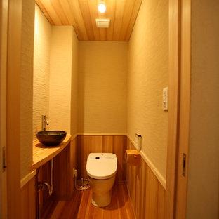 Foto di un bagno di servizio etnico di medie dimensioni con pareti beige, parquet chiaro, lavabo da incasso e pavimento beige