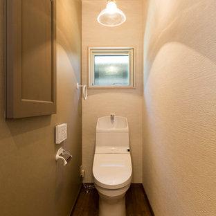 他の地域のトランジショナルスタイルのおしゃれなトイレ・洗面所 (緑の壁、濃色無垢フローリング、茶色い床) の写真
