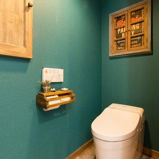 他の地域のカントリー風おしゃれなトイレ・洗面所 (緑の壁、茶色い床) の写真