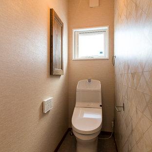 他の地域のモダンスタイルのおしゃれなトイレ・洗面所 (ベージュの壁、グレーの床) の写真