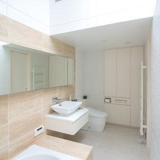 東京23区の北欧スタイルのおしゃれなトイレ・洗面所 (一体型トイレ、ベージュのタイル、大理石タイル、ベージュの壁、セラミックタイルの床、オーバーカウンターシンク、グレーの床) の写真
