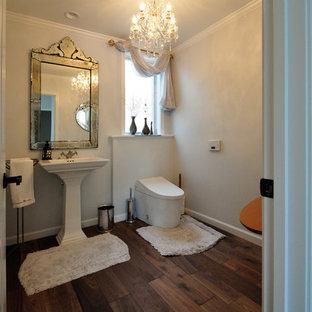 他の地域の大きいトラディショナルスタイルのおしゃれなトイレ・洗面所 (白い壁、濃色無垢フローリング、一体型シンク、茶色い床) の写真