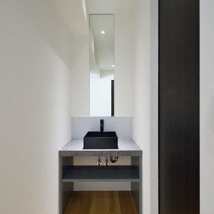 Idee per un piccolo bagno di servizio industriale con pareti bianche, parquet scuro, lavabo a bacinella e pavimento beige