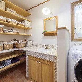 Стильный дизайн: туалет в средиземноморском стиле с столешницей из плитки - последний тренд