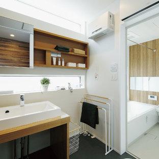 東京都下の小さい北欧スタイルのおしゃれなトイレ・洗面所 (オープンシェルフ、淡色木目調キャビネット、白い壁、オーバーカウンターシンク、木製洗面台、黒い床、ブラウンの洗面カウンター、造り付け洗面台、クロスの天井、壁紙) の写真