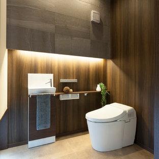 他の地域の広いミッドセンチュリースタイルのおしゃれなトイレ・洗面所 (茶色い壁、ベージュの床) の写真