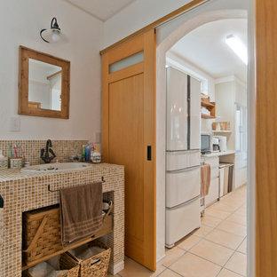 Foto di un bagno di servizio country con piastrelle multicolore, piastrelle in pietra, pareti bianche, pavimento in terracotta, pavimento arancione e top multicolore