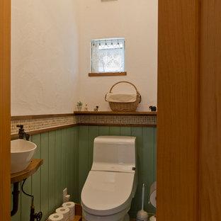 На фото: туалет в стиле кантри с разноцветной плиткой, каменной плиткой, белыми стенами, полом из терракотовой плитки, оранжевым полом и разноцветной столешницей
