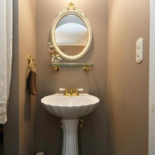 東京都下のヴィクトリアン調のおしゃれなトイレ・洗面所の写真