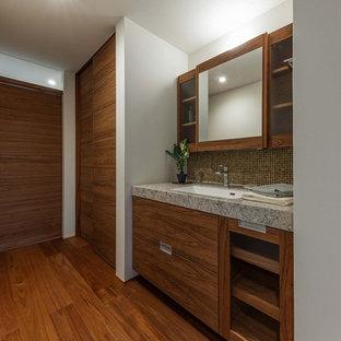 他の地域のミッドセンチュリースタイルのおしゃれなトイレ・洗面所 (マルチカラーのタイル、ガラスタイル、白い壁、濃色無垢フローリング、一体型シンク、大理石の洗面台、茶色い床、マルチカラーの洗面カウンター) の写真