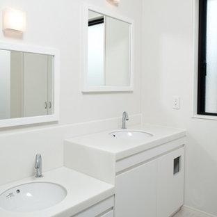 福岡の中くらいのコンテンポラリースタイルのおしゃれなトイレ・洗面所 (インセット扉のキャビネット、白いキャビネット、白いタイル、大理石タイル、白い壁、木目調タイルの床、アンダーカウンター洗面器、人工大理石カウンター、ベージュの床、白い洗面カウンター、造り付け洗面台、クロスの天井、壁紙) の写真