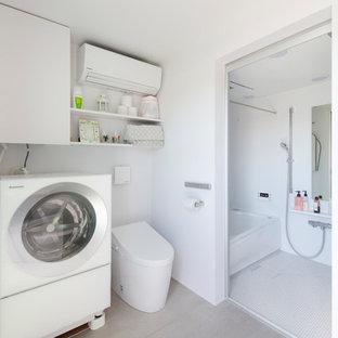 東京23区の小さいモダンスタイルのおしゃれなトイレ・洗面所 (オープンシェルフ、白いキャビネット、一体型トイレ、白い壁、セメントタイルの床、グレーの床) の写真