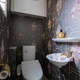 東京都下のモダンスタイルのおしゃれなトイレ・洗面所 (グレーの壁、コンソール型シンク、グレーの床) の写真