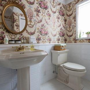 東京都下のモダンスタイルのおしゃれなトイレ・洗面所 (コンソール型シンク、白い床) の写真