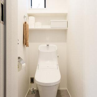 東京23区のモダンスタイルのおしゃれなトイレ・洗面所 (オープンシェルフ、白い壁、グレーの床) の写真