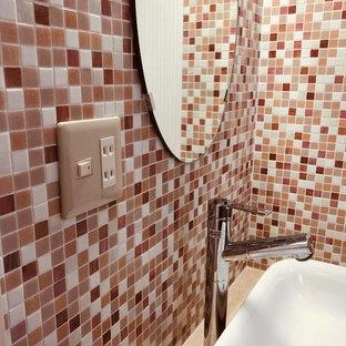 Idées déco pour un petit WC et toilettes éclectique avec un placard à porte affleurante, des portes de placard rouges, un carrelage rose, carrelage en mosaïque, un mur rose, un sol en linoléum, un lavabo posé, un plan de toilette en bois, un sol beige, un plan de toilette rose, meuble-lavabo encastré, un plafond en papier peint et du papier peint.